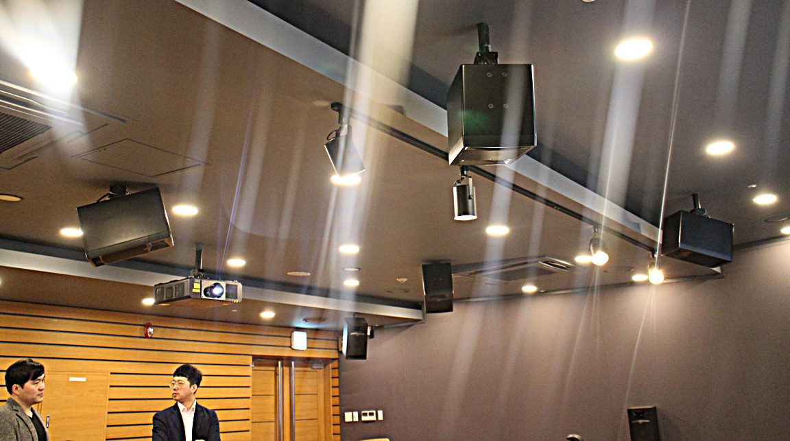 Eleven JBL 708i monitors and an S2S-EX subwoofer are arranged in a 7.1.4 configuration