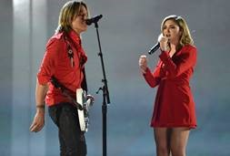 "Keith Urban and Shure Artist Julia Michaels perform Urban's single ""Coming Home"" on Axient Digital wireless (with SM58 and Beta 58 capsules respectively) at the Academy of Country Music Awards. (Photo by John Shearer/ACMA2018/Getty Images for ACM)"